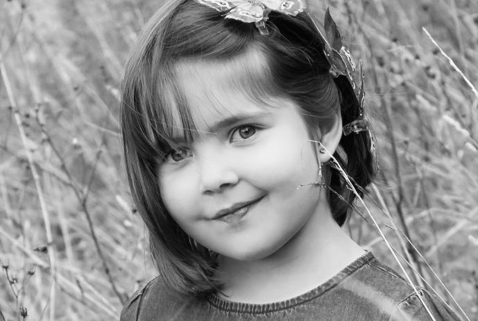 Schwarzweiß- Portrait von Mädchen mit Schmetterling im Haar - Kinderfotografie, kinderfotos, Familienbilder, Familienportrait, Familienfotografie