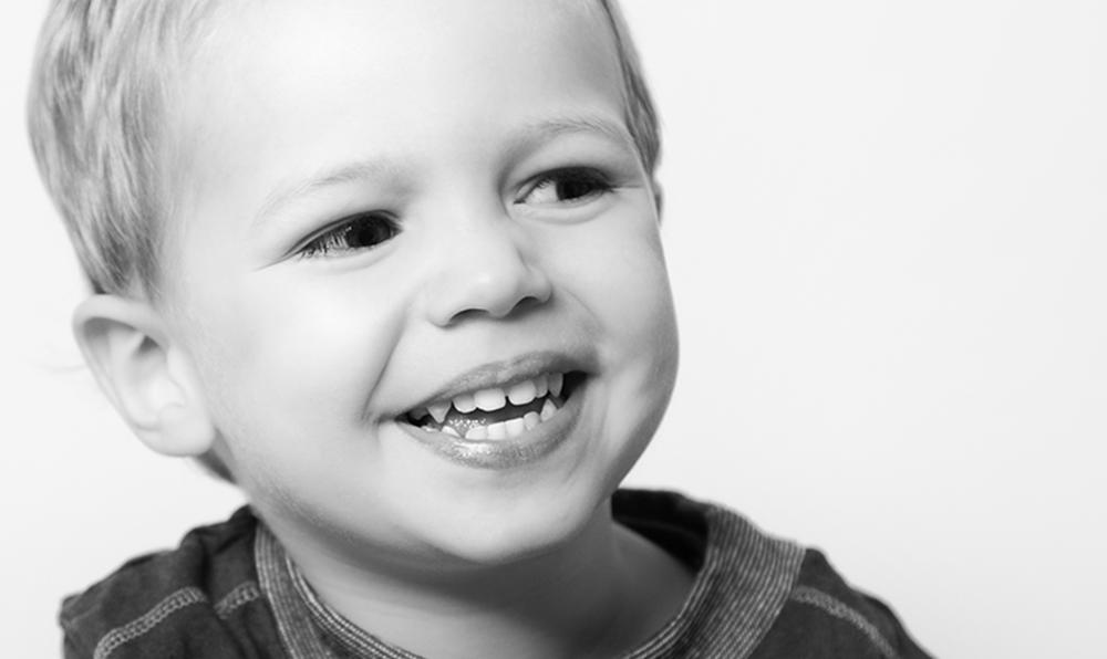 lachender Junge im Schwarzweiß-Portrait