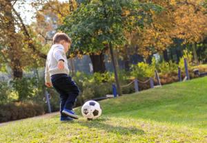 Fußballerportrait von kleinem Jungen
