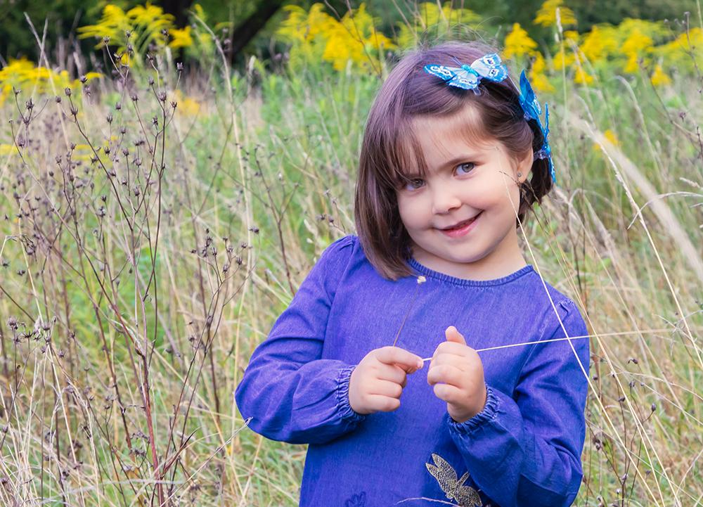 Portrait von Mädchen mit Schmetterling im Haar