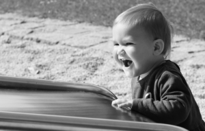 Schwarzweißportrait von kleinem Mädchen an der Rutsche