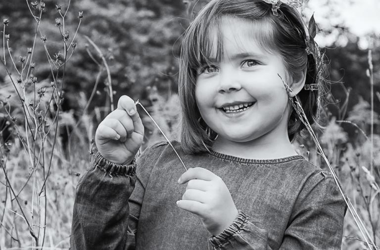 Portrait von Mädchen auf der Wiese