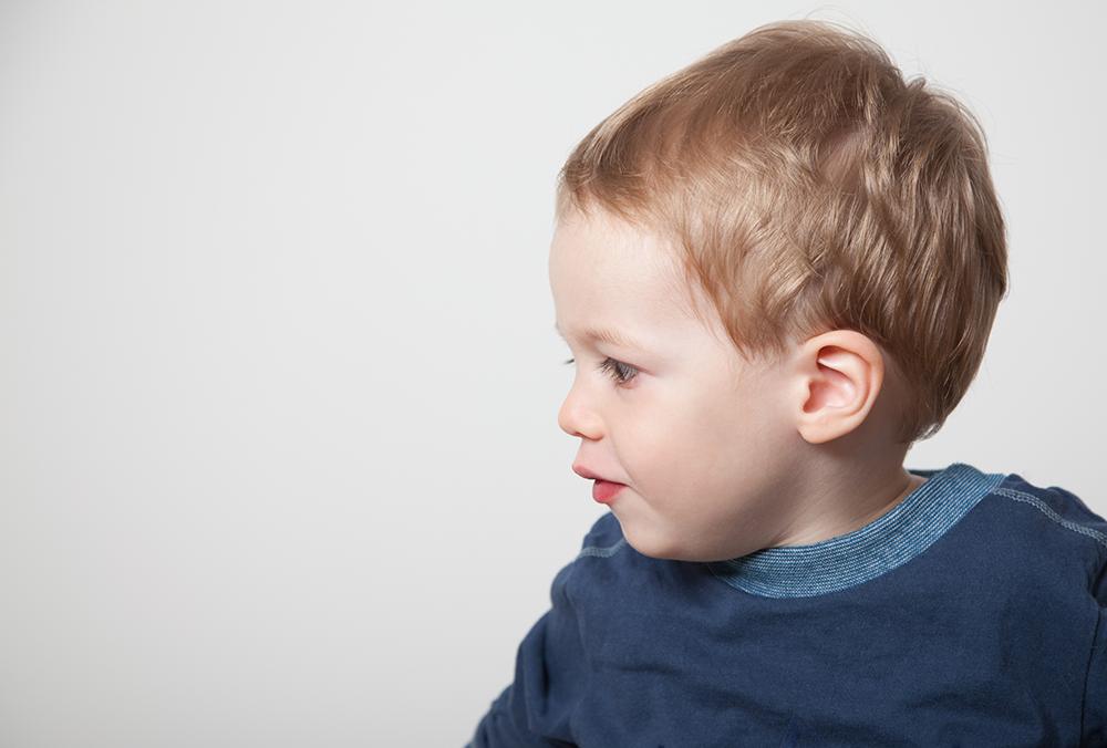 Portrait von kleinem Jungen im Seitenprofil
