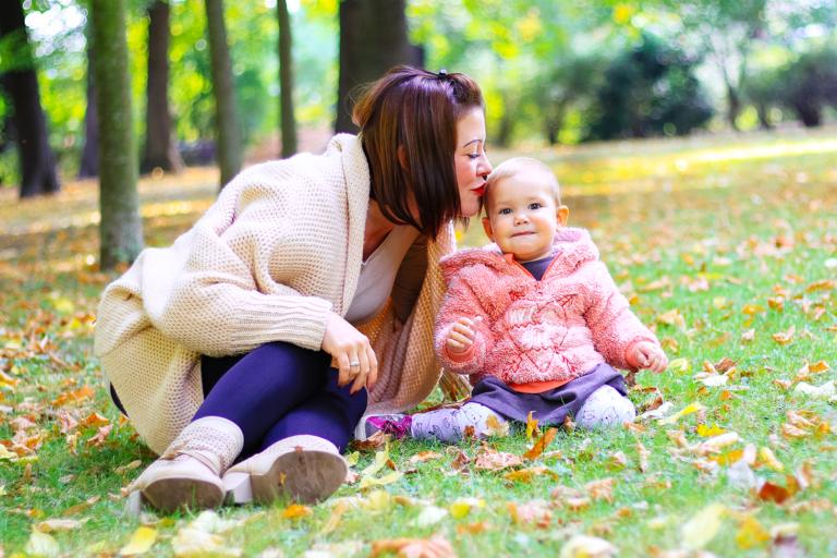 Mama küsst Ihr Töchterchen auf den Kopf - Familienglück, Familienfotos, Familienfotografie, Familienbilder
